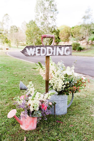 Cool Ways to Use Wood Pallet and Florals on Your Wedding Signs